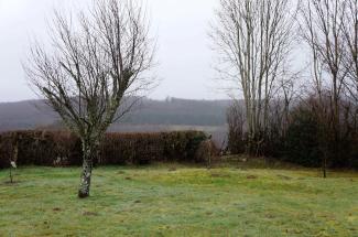 Vue sur les champs et coteaux boisés