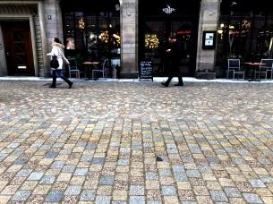 Sous la pluie, surtout à l'automne et en hiver, les couleurs des granits proposent une coloration vive. Ces teintes récréative animent la rue en attendant que les arbres aient des feuilles.